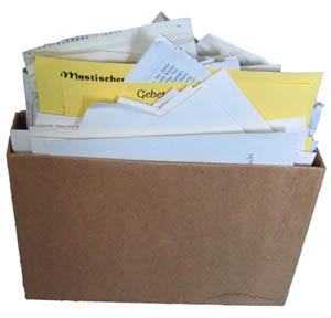 Kiste mit Zetteln