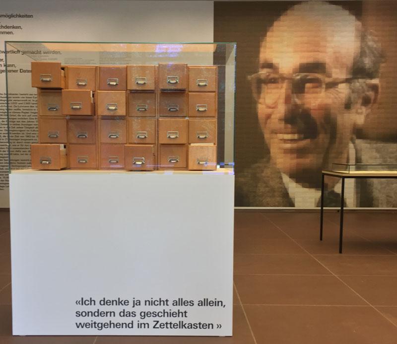 """Eingangsbereich zur Ausstellung """"Serendipity"""" in der Kunsthalle Bielefeld  mit Luhmanns Zettelkasten"""